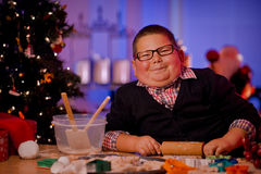 Kerstmiskoekjes van het jongensbaksel Royalty-vrije Stock Fotografie