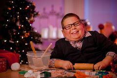 Kerstmiskoekjes van het jongensbaksel Stock Afbeeldingen