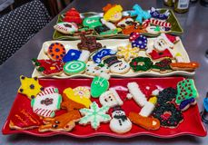 Kerstmiskoekjes voor een Vakantiepartij die worden verfraaid royalty-vrije stock afbeeldingen