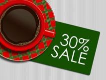 Kerstmiskoffie en kortingskaart die op wit tafelkleed liggen Royalty-vrije Stock Afbeeldingen