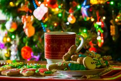 Kerstmiskop, thee en koekjes stock foto's
