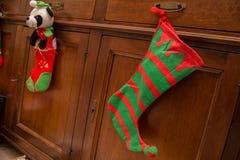 Kerstmiskous het hangen op een lade met achtergrond stock afbeeldingen