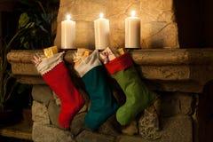 Kerstmiskous op open haardachtergrond Schoorsteen, kaarsen Kerstmissokken, decoratie, giften Stock Afbeeldingen