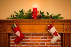 Kerstmiskousen die op de open haard hangen Stock Afbeelding