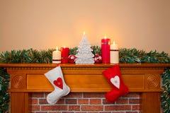 Kerstmiskousen over een open haard Stock Foto's