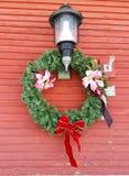 Kerstmiskroon aan kant van de historische bouw Royalty-vrije Stock Afbeelding