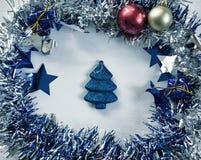 Kerstmiskroon en sparrenstuk speelgoed gestemde foto Rood en gouden Kerstboomdecor in kroon Stock Afbeelding