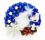 Kerstmiskroon met ballen, lint, decoratie Stock Fotografie