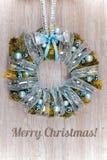 Kerstmiskroon met blauwe en zilveren decoratie op hout Royalty-vrije Stock Fotografie