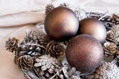 Kerstmiskroon met bronsballen en denneappels Stock Foto