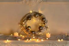 Kerstmiskroon met flitslichten en glanzende ballen stock afbeelding