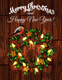 Kerstmiskroon met hulst op houten achtergrond Stock Afbeeldingen