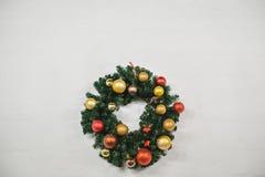 Kerstmiskroon met kleurrijke ballen wordt verfraaid die Royalty-vrije Stock Fotografie