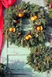 Kerstmiskroon met pinecones en sinaasappelen stock foto
