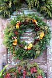 Kerstmiskroon met sinaasappelen, hulst en denneappels royalty-vrije stock foto's