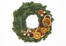 Kerstmiskroon met sinaasappelen wordt op witte backgr worden geïsoleerd verfraaid die Royalty-vrije Stock Foto