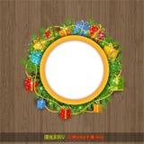 Kerstmiskroon met spar huidige dozen en parel op oude houten achtergrond Ronde plaats in kroon voor uw tekst Stock Foto