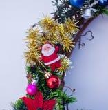Kerstmiskroon met sparrenballen en speelgoed, klatergoud wordt verfraaid dat Royalty-vrije Stock Afbeelding