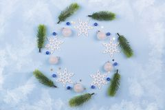 Kerstmiskroon met spartakken en sneeuwvlokken op pastelkleur blauwe achtergrond Ornamenten met Kroon royalty-vrije stock fotografie