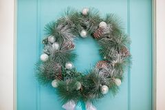Kerstmiskroon op de achtergrond van de turkooise deur stock afbeelding