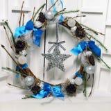 Kerstmiskroon op de deur van met de hand gemaakt Royalty-vrije Stock Fotografie