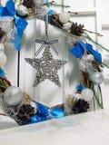 Kerstmiskroon op de deur van met de hand gemaakt Stock Afbeelding