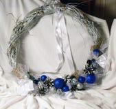 Kerstmiskroon op de deur van met de hand gemaakt Royalty-vrije Stock Afbeelding