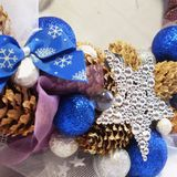 Kerstmiskroon op de deur van met de hand gemaakt Royalty-vrije Stock Afbeeldingen