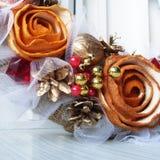 Kerstmiskroon op de deur van met de hand gemaakt Stock Foto
