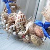 Kerstmiskroon op de deur van met de hand gemaakt Royalty-vrije Stock Foto's