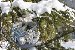 Kerstmiskroon op de takken van sparren met sneeuw worden behandeld die Stock Afbeeldingen