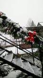 Kerstmiskroon op de treden stock afbeelding