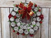 Kerstmiskroon op een beige raadsachtergrond royalty-vrije stock fotografie