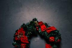 Kerstmiskroon op een donkere geweven achtergrond, exemplaarruimte stock afbeeldingen