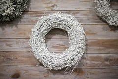 Kerstmiskroon op een houten backgraund, Nieuwjaar` s slinger Stock Fotografie