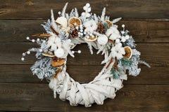 Kerstmiskroon op houten baksteen Royalty-vrije Stock Foto's