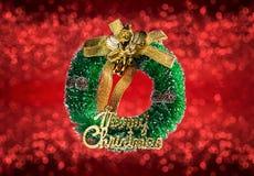 Kerstmiskroon op rode vage achtergrond wordt geïsoleerd die Stock Afbeeldingen