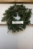 Kerstmiskroon over open haard Royalty-vrije Stock Fotografie
