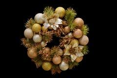 Kerstmiskroon van ballen, kegels, nette takken en bloemen, N stock afbeelding