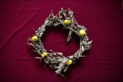 Kerstmiskroon van droge takjes en korstmossen wordt gemaakt dat Stock Afbeeldingen