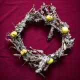 Kerstmiskroon van droge takjes en korstmossen wordt gemaakt dat Royalty-vrije Stock Foto's
