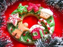 Kerstmiskroon van peperkoeken, Kerstmiskoekjes Stock Foto's