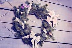 Kerstmiskroon van pijnboomtakken, bessen en bloemen die wordt gemaakt royalty-vrije stock foto's