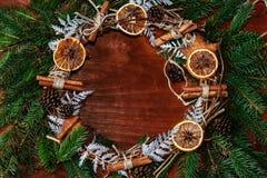 Kerstmiskroon van spartakken met kaneel en oranje plakken Stock Foto