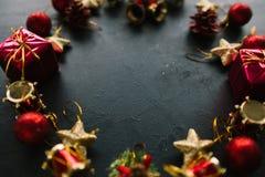 Kerstmiskroon van speelgoed op donkere achtergrond Royalty-vrije Stock Foto