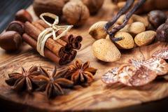 Kerstmiskruiden en bakselingrediënten stock fotografie
