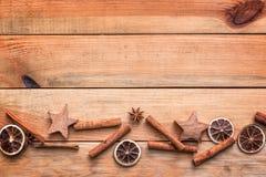 Kerstmiskruiden met droge sinaasappel en kaneel op houten achtergrond met exemplaarruimte, Kerstmisdecor Stock Afbeeldingen