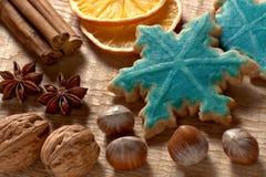Kerstmiskruiden, noten en koekjes Stock Afbeelding