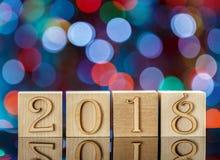 Kerstmiskubussen op vage blauwe achtergrond bezinning het nieuwe jaar 2018 Kerstmis bokeh Stock Afbeeldingen