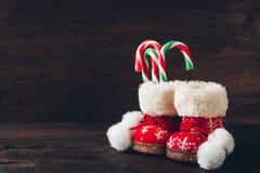 Kerstmislaarzen met suikergoed stock afbeeldingen